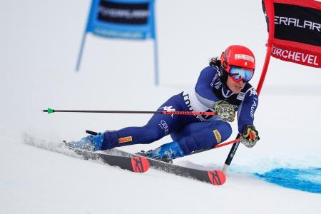 アルペンスキーW杯女子大回転、滑降するフェデリカ・ブリニョネ=17日、クーシュベル(AP=共同)