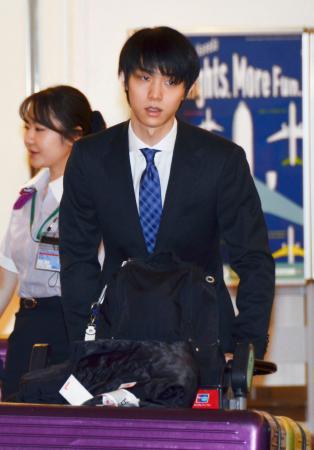フィギュアスケートの全日本選手権出場のため、羽田空港に到着した羽生結弦=18日