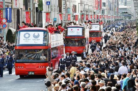 2016年10月に行われたリオ五輪・パラリンピックのメダリスト合同パレード=東京都中央区