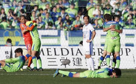 J1残留を決め、抱き合って喜ぶ湘南イレブン。中央右はぼうぜんとする徳島・清武=BMWスタジアム