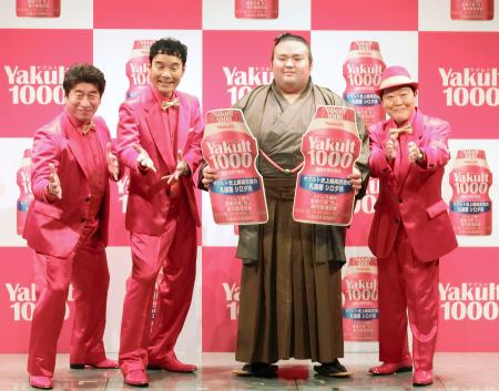 「ヤクルト1000」のCMキャラクター発表会で写真撮影に応じる、貴景勝(右から2人目)とお笑いトリオ「ダチョウ倶楽部」=19日、東京都港区