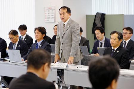 東京五輪のマラソンと競歩の札幌開催を巡って開かれた実務者会議で、あいさつする大会組織委の森泰夫大会運営局次長(中央)=20日午前、札幌市