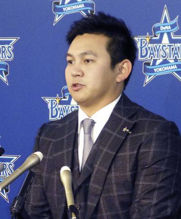 契約更改後の記者会見で、将来的な米大リーグ挑戦の意向を語るDeNAの山崎康晃投手=20日、横浜市の球団事務所