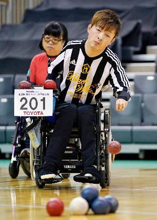 脳性まひ(BC2)1次リーグ ボールを投げる杉村英孝=豊田市総合体育館