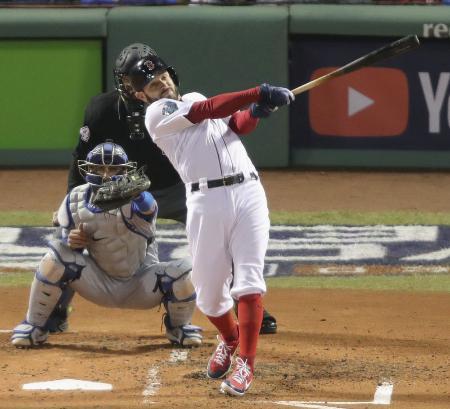 レッドソックス時代の2018年、ワールドシリーズのドジャース戦で先制打を放つキンズラー=ボストン(共同)