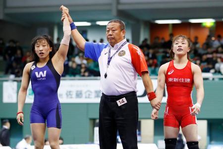 女子50キロ級準決勝 須崎優衣(左)に敗れた登坂絵莉=駒沢体育館