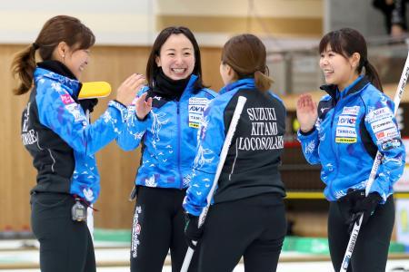 女子準々決勝で北海道銀行に勝利し、喜ぶロコ・ソラーレの藤沢(左から2人目)ら=軽井沢アイスパーク