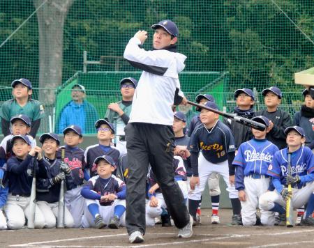 野球教室で打撃を披露する西武・秋山=22日、神奈川県横須賀市