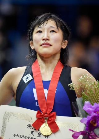 女子50キロ級で優勝し、表彰式で涙を流す須崎優衣=駒沢体育館
