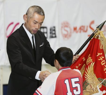「イチロー杯争奪学童軟式野球大会」の閉会式で選手を表彰するイチローさん=22日午後、愛知県豊山町