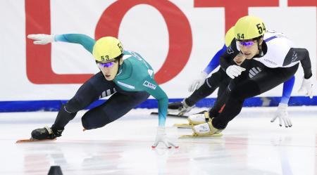 男子500メートル決勝 優勝した渡辺啓太。右は2位の吉永一貴=帝産アイススケートトレーニングセンター