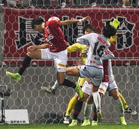 浦和―INAC神戸 後半、ヘディングで決勝ゴールを決める浦和・南(左端)=NACK5