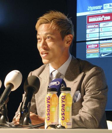 フィテッセに正式加入し、記者会見で抱負を語る本田圭佑=11月