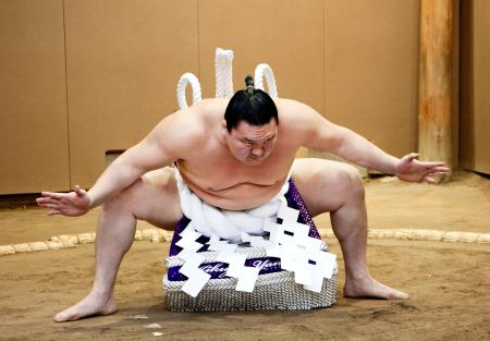 真新しい綱の感覚を土俵入りで確かめる白鵬=25日、東京都墨田区の宮城野部屋