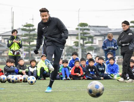 小学生の前でシュートを披露するサッカー日本代表の鈴木武蔵選手=26日、群馬県太田市