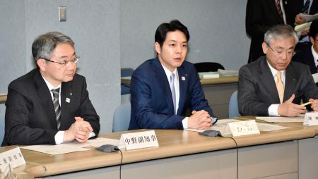 「東京2020オリンピック札幌開催支援本部」の初会合であいさつする北海道の鈴木直道知事(中央)=26日午後、北海道庁