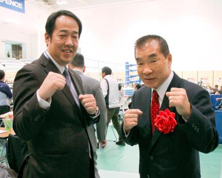 ポーズをとる日本プロボクシング協会の花形進会長(右)と日本ボクシング連盟の内田貞信会長=26日、東京都墨田区