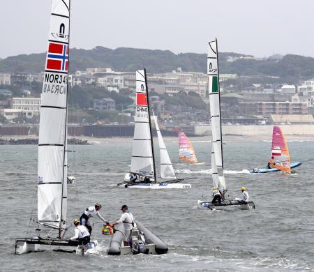 セーリングの東京五輪テスト大会で、スタートに向かう選手たち=8月、江の島ヨットハーバー沖
