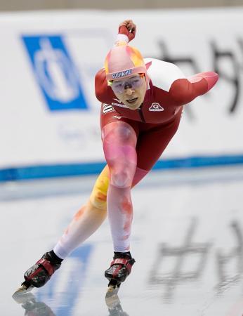 オールラウンド部門の女子で初優勝した菊池純礼の5000メートル=エムウエーブ