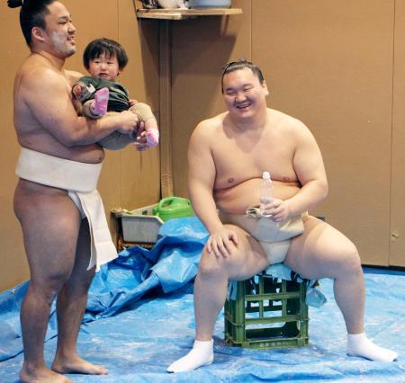 餅つきの合間にリラックスした表情を見せる白鵬(右)=28日、東京都墨田区の宮城野部屋