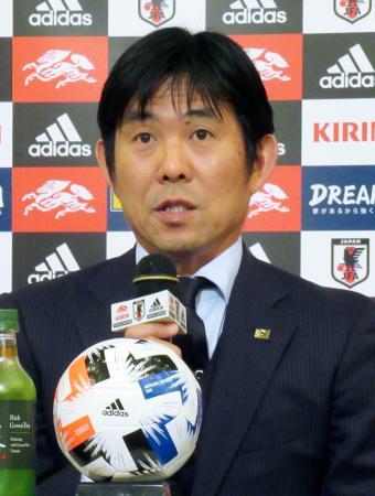 サッカーU―23のアジア選手権に臨む日本代表のメンバーを発表する森保監督=29日、長崎市