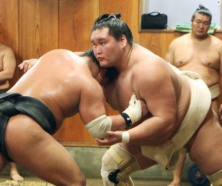 稽古で胸を出す照ノ富士(右)=東京都江東区の伊勢ケ浜部屋
