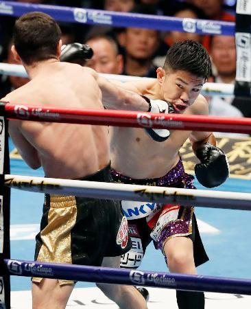 1回、ジェイビエール・シントロンを攻める井岡一翔(右)=大田区総合体育館