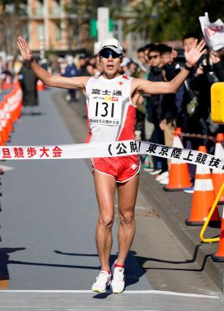 男子20キロ競歩で優勝した鈴木雄介=東京都新宿区