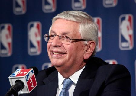 2013年、NBAの理事会後に記者会見するデービッド・スターン氏=ニューヨーク(AP=共同)