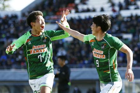 青森山田―米子北 後半、ゴールを決め、松木(左)とハイタッチで喜ぶ青森山田・田中翔=NACK5
