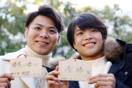 初詣に訪れ、目標を記した絵馬を見せる柔道の阿部一二三(左)と妹の詩=2日、神戸市