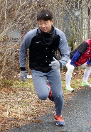坂道をダッシュする巨人ドラフト1位新人の堀田賢慎投手=3日、岩手県花巻市