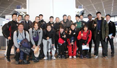 強化合宿の出発前に集合写真に納まるボクシングの東京五輪予選の男女代表ら=3日、成田空港