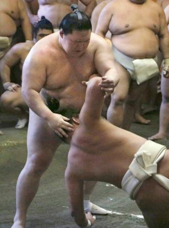 出羽海一門連合稽古で十両力士に胸を出す、かど番の大関豪栄道(左)=3日、東京都墨田区の出羽海部屋