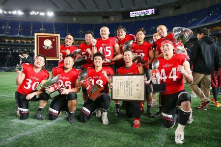 アメリカンフットボールの日本選手権、第73回ライスボウルで関学大に勝利し、4年連続5度目の日本一となった富士通。前列中央はMVPのQB高木=3日、東京ドーム