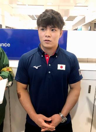 成田空港で取材に応じる柔道男子の阿部一二三=3日