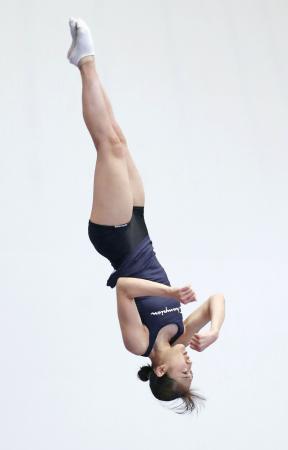 練習するトランポリン女子の森ひかる=国立スポーツ科学センター