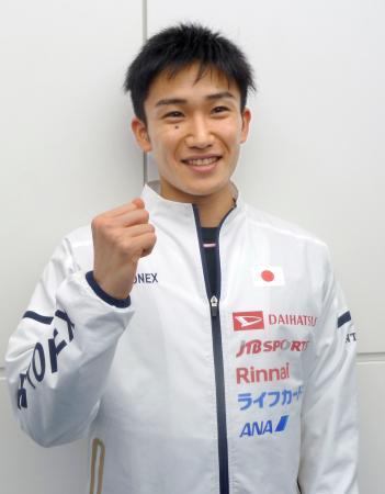 今季初戦の出発前に取材に応じ、ポーズを取るバドミントン男子の桃田賢斗=4日、羽田空港