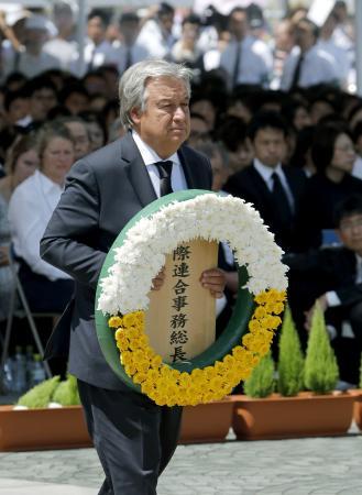 2018年8月、長崎原爆犠牲者慰霊平和祈念式典で献花する国連のグテレス事務総長=長崎市の平和公園