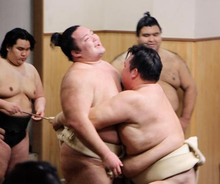 稽古で荒磯親方(右)に寄り切られる朝乃山=5日、東京都江戸川区の田子ノ浦部屋
