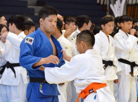 柔道教室でハワイの子どもと乱取りする大野将平=5日、ホノルル(共同)