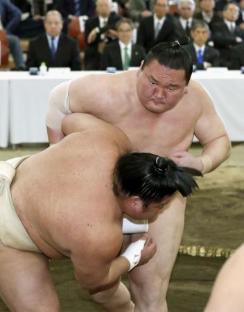 稽古総見で汗を流す横綱白鵬=両国国技館の相撲教習所