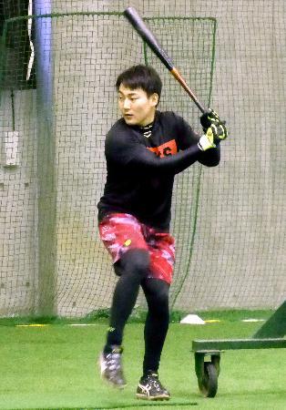 自主トレーニングで打撃練習する巨人の丸佳浩外野手=川崎市のジャイアンツ球場