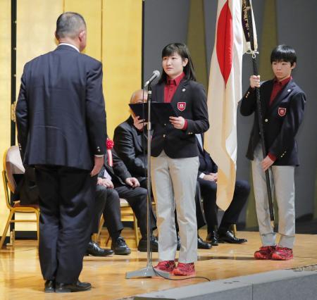 冬季ユース五輪の日本選手団結団式で、決意表明する田畑百葉主将(中央)。右は旗手の鍵山優真=6日午後、東京都内のホテル