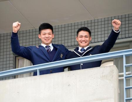 阪神の「虎風荘」に入り、ベランダでポーズをとる井上(左)と西純=6日、兵庫県西宮市