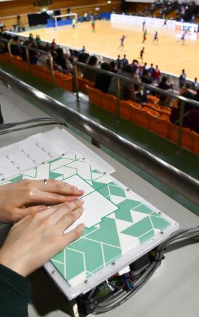 ブラインドサッカーの試合展開を視覚障害者の観客でも体感できる装置。ボールに見立てた突起が動き回り、手で触れて感じ取れる=2019年12月、東京都町田市