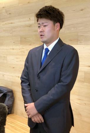 4日に起こした交通事故について謝罪するDeNAの伊勢大夢投手=7日、神奈川県横須賀市