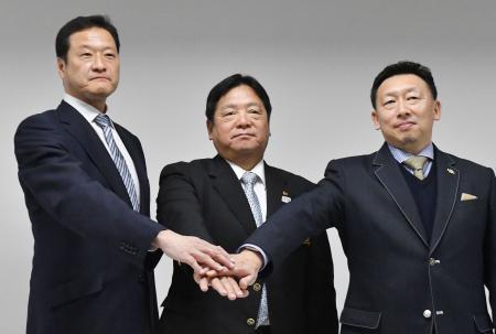 記者会見で記念撮影に応じる水球日本代表男子の大本洋嗣監督(左)と女子の本宮万記弘監督(右)。中央は日本水連の原朗水球委員長=7日、東京都内