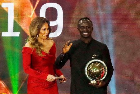 サッカーのアフリカ最優秀選手賞を受賞するセネガル代表FWマネ(右)=フルガダ(ロイター=共同)