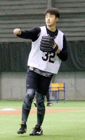 練習する巨人のドラフト1位ルーキー堀田=川崎市